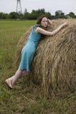 Muchacha enojada que coloca el haystack cercano Fotos de archivo