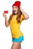 Muchacha enrrollada adolescente sorprendida con la tarjeta de crédito Imágenes de archivo libres de regalías