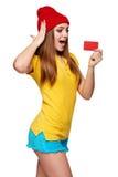 Muchacha enrrollada adolescente sorprendida con la tarjeta de crédito Fotografía de archivo