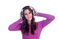 Muchacha entretenida con los auriculares que escucha la música Imagen de archivo libre de regalías