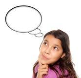 Muchacha envejecida adolescente hispánica con la burbuja en blanco del pensamiento Foto de archivo