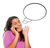 Muchacha envejecida adolescente hispánica que frunce el ceño en el teléfono Fotografía de archivo libre de regalías