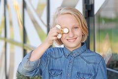 Muchacha envejecida escuela linda alegre que juega con un hilandero de la persona agitada del oro Un juguete de moda popular Imagen de archivo libre de regalías