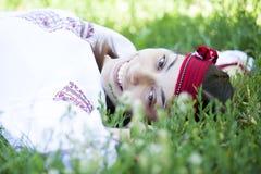 Muchacha eslava en el prado verde. Fotografía de archivo