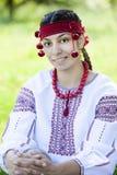 Muchacha eslava en el prado verde. Imagen de archivo