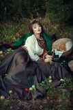 Muchacha eslava en la hierba con las manzanas Imagen de archivo libre de regalías
