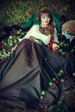 Muchacha eslava en la hierba con las manzanas Fotos de archivo