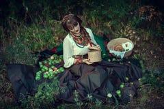 Muchacha eslava en la hierba con las manzanas Imagen de archivo