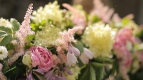 Muchacha europea adolescente que hace una composición floral blanda de las flores rosadas y blancas en un día de verano alegre metrajes