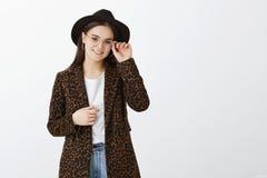 Muchacha europea de moda apuesta en vidrios, sombrero y capa con el estampado leopardo, borde conmovedor de las gafas y sonrisa fotos de archivo libres de regalías