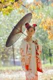 Muchacha europea joven en kimono japonés tradicional Imágenes de archivo libres de regalías