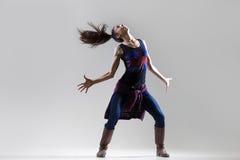 Muchacha extática del bailarín con la cola de caballo divertida del vuelo Fotografía de archivo libre de regalías