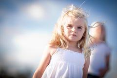 Muchacha Eyed azul adorable que juega afuera imagenes de archivo