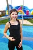 Muchacha feliz adolescente en parque de atracciones al aire libre del aire abierto del agua Fotos de archivo