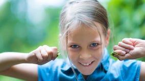 Muchacha feliz asombrosa en la camisa azul que se divierte en el parque Foto de archivo libre de regalías