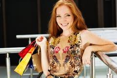 Muchacha feliz atractiva hacia fuera que hace compras Imagen de archivo libre de regalías