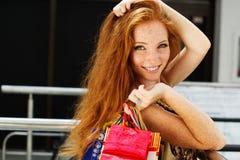 Muchacha feliz atractiva hacia fuera que hace compras Fotos de archivo libres de regalías