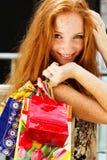 Muchacha feliz atractiva hacia fuera que hace compras Fotografía de archivo