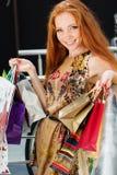 Muchacha feliz atractiva hacia fuera que hace compras Fotografía de archivo libre de regalías