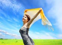 Muchacha feliz bajo el cielo azul Imágenes de archivo libres de regalías