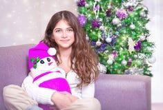 Muchacha feliz cerca del árbol de navidad Foto de archivo libre de regalías