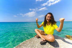 Muchacha feliz cerca del océano Foto de archivo libre de regalías