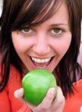 Muchacha feliz con Apple verde Foto de archivo libre de regalías