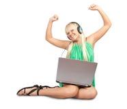 Muchacha feliz con de computadora personal Imagenes de archivo