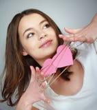 Muchacha feliz con dos corazones rosados en sus manos Imagenes de archivo