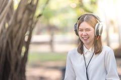 Muchacha feliz con el auricular Foto de archivo libre de regalías