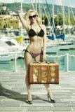 Muchacha feliz con el bikini y el bolso Imagenes de archivo