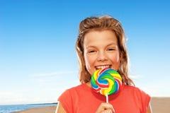 Muchacha feliz con el caramelo dulce Imágenes de archivo libres de regalías