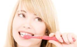 Muchacha feliz con el cepillo de dientes Foto de archivo