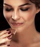 Muchacha feliz con el chocolate Fotografía de archivo libre de regalías