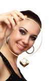 Muchacha feliz con el collar en forma de corazón imagen de archivo