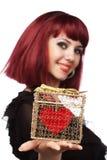 Muchacha feliz con el corazón en un g de oro fotografía de archivo