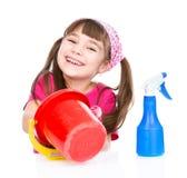 Muchacha feliz con el equipo para limpiar la casa Aislado en blanco Fotos de archivo