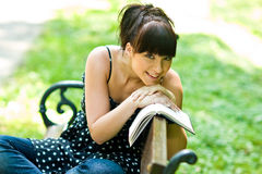 Muchacha feliz con el libro Fotografía de archivo
