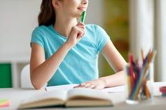 Muchacha feliz con el libro y el cuaderno que sueña en casa Fotografía de archivo libre de regalías