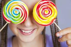 Muchacha feliz con el lollipop Fotografía de archivo