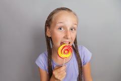 Muchacha feliz con el lollipop Imagen de archivo libre de regalías