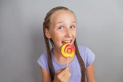 Muchacha feliz con el lollipop Foto de archivo