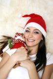 Muchacha feliz con el muñeco de nieve imagen de archivo