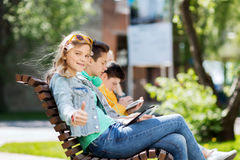 Muchacha feliz con el ordenador de la PC de la tableta al aire libre Imágenes de archivo libres de regalías