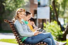 Muchacha feliz con el ordenador de la PC de la tableta al aire libre Foto de archivo
