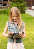 Muchacha feliz con el ordenador de la tablilla Imagen de archivo