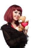 Muchacha feliz con el oso del peluche con el corazón en sus manos fotos de archivo libres de regalías