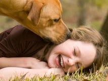 Muchacha feliz con el perro Fotografía de archivo