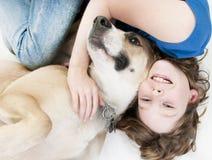Muchacha feliz con el perro Foto de archivo