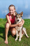 Muchacha feliz con el perro Fotos de archivo